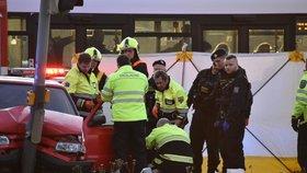Smrtelná nehoda v Letňanech! Muž narazil do semaforu, resuscitovali ho 30 minut