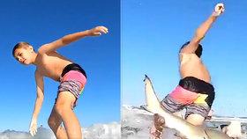 Chlapec (9) surfoval na vlnách: Kamera zachytila jeho srážku se žralokem!