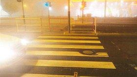 Na přechodu v Hostivaři srazil autem ženu (54), zranila se. Policie hledá svědky nehody