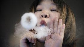 Žena (49) má kvůli e-cigaretě permanentně zjizvené plíce. Lékaři: Vdechovala kovy
