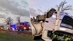 Děsivá nehoda v Praze 6: Do pole se převrhla cisterna na cement