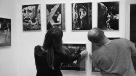 Šest velikánů fotografie na jedné výstavě. Pražští Lidé a život se ukazují v Topičově salonu