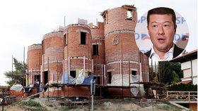 """Takhle Okamurovi rostou trubky: Palác za 20 milionů? """"Opičárna,"""" říká sousedka"""