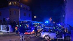 V Praze 4 se srazil autobus s autem: Čtyři lidé se zranili
