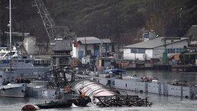 Na opravu neměli peníze. Vysloužilou ponorku potopili na Krymu i s jejím dokem