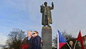 Strkanice u sochy Koněva: Na oslavu výročí dorazili příznivci, odpůrci i maršálova vnučka