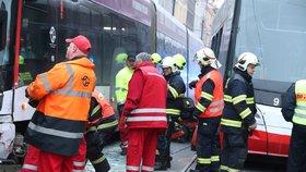 Dvě tramvaje se srazily u I. P. Pavlova! Zranilo se šest dětí a dospělý, silnice je neprůjezdná