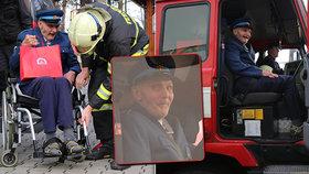 Splněné vánoční přání: Dědečka na vozíku vyvezli hasiči z Liberce! Houkačky, dárky a slzy v očích