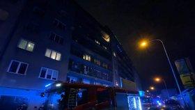 Adventní neděli narušil požár bytu na Vinohradech: Hasiči zachránili 18 lidí