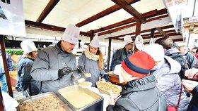 Pražané bojovali o místo ve frontě na rybí polévku. Politici na Staroměstském náměstí rozlili 2000 porcí