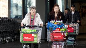 Vánoční nakupování: Platby kartou opět drhnou, Češi útratami přepisují dějiny