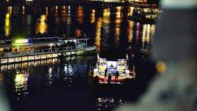 VIDEO: Obří plující zvonohra u Karlova mostu. Pražané si zatančili na Bedřicha Smetanu i koledy