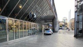 Muž napsal pražské policii: Na nádraží je bomba. Požaduji milion eur! Hrozí mu až 12 let vězení