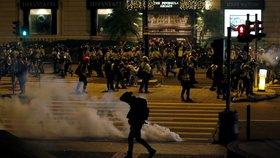 """Obušky, slzný plyn a """"pepřák"""": Policie tvrdě zasáhla proti vánoční demonstraci v Hongkongu"""
