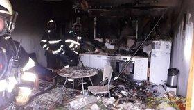 Požár bytového domu v Plzni: Hasiči evakuovali 42 lidí!