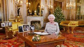 Dusno u královny?! Fotka Harryho a Meghan zmizela z Alžbětina stolu!