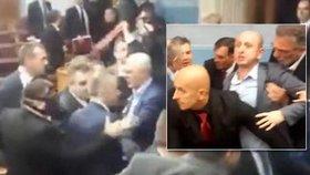 Mezi poslanci létaly pěsti. Politici v Černé Hoře se poprali, došlo i na slzný plyn