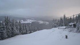 Nejvíc nasněžilo v Krkonoších, lanovka na Sněžku stojí, sledujte radar Blesku