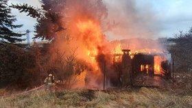 Boj s ohnivým živlem nedaleko letiště! Plameny se z chaty rozšířily i na stromy