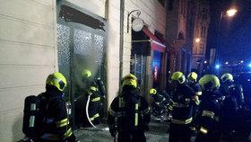 Hořel obchod s luxusními hodinkami v centru Prahy. Požár vyhnal z budovy 17 lidí a tři psy