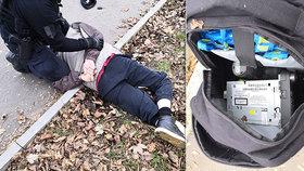 Zloděj měl vážně pech! Nevědomky se vloupal do auta policistovi, skončil v klepetech