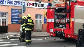 U Palmovky hořel sklep domu: Hasiči evakuovali 26 lidí