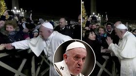 Papežovi ujely nervy: Udeřil ženu, která ho tahala za ruku. Pak odsoudil bití či porno