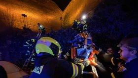 Z hradeb Vyšehradu se zřítila mladá žena! Vážně se zranila, zachránili ji lezci