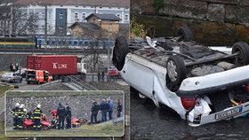 """Vážná nehoda v Ústí! Kamion """"pomohl"""" řidičce (71) do řeky: Její vůz skončil na střeše!"""