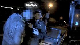 VIDEO: Zfetoval se a sedl za volant! Pak gauner zaparkoval v zákazu stání, strážníkům neunikl
