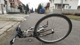 Vyhrocená nehoda v Holešovicích: Agresivní cyklista nadával řidiči a chtěl ho vytáhnout z auta! Zklidnila ho pouta