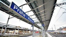 V Praze už zase stojí vlaky. Bagr poničil trakční vedení ve Vršovicích