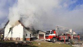 Obří požár u Prahy! Hořela stodola s garáží, hasiči vyhlásili druhý stupeň poplachu