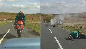 Brutální nehoda: Auto srazilo motorkáře, ten letěl desítky metrů vzduchem!