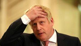 Premiér Johnson bojuje s koronavirem na JIPce. Nelepší se to, má kyslíkovou masku