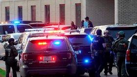 Útočník zastřelil studenta v americkém Texasu. Od školy prchal několik hodin