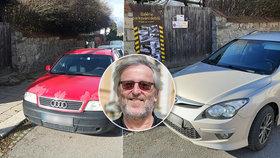 """""""Galerie parkování debilů"""": Petr Kubíček z Jihlavy svérazně bojuje s řidiči, kteří mu blokují výjezd z garáže"""