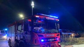 Auta na odpis, poničená fasáda a škoda za tři miliony: V Jinočanech u Prahy v noci hořelo