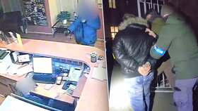 """Tři """"straky"""" v kleci. Policisté dopadli pachatele, kteří na Žižkově fingovali ozbrojené přepadení hotelu"""
