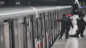 VIDEO: Opilý a zakrvácený muž v metru: Nebral si servítky s lékařem ani se strážníky