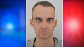 Podvodník (26) se dva roky vyhýbá vězení. Podle policistů může pobývat v Praze