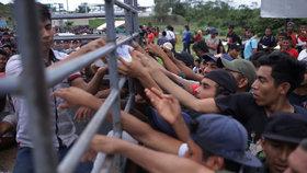 Karavana 3000 migrantů se snažila překročit hranici. Národní garda zasáhla