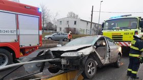 Šílená nehoda v Michli: Auto se srazilo s tramvají, skončilo napasované na svodidlech! Řidiče vyprostili