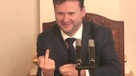 Vondráček dotáhl Topolánka a ukázal ve Sněmovně prostředníček. Babiš: To se fakt nepovedlo