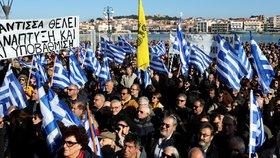 """""""Chceme zpět své ostrovy."""" Řekové se bouří kvůli migrantům. V táborech jich živoří tisíce"""