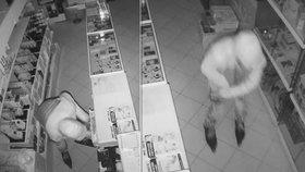 Rychlozloděj na bruslích vybílil obchod v Sokolově! Policie požádala o pomoc veřejnost
