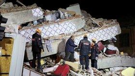Zemětřesení v Turecku zabilo 20 lidí, záchranáři vyprošťují přeživší z trosek