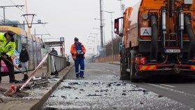 Opilý řidič ve Vysočanech vletěl do zastávky: Policie silnici kvůli střepům uzavřela