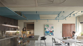 Rekonstrukce vrátila apartmánu industriální ráz a flexibilitu uspořádání