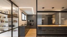 Apartmán v Barceloně zdobí šikovná řešení, přirozené světlo a černé akcenty